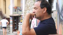 Domenico (Mimmo) Lucano en un momento de reflexión en la plaza de Riace.