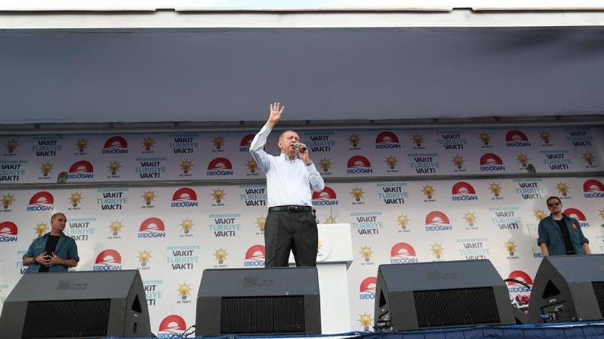 Erdogan y el AKP no tienen asegurada la mayoría, según los últimos sondeos