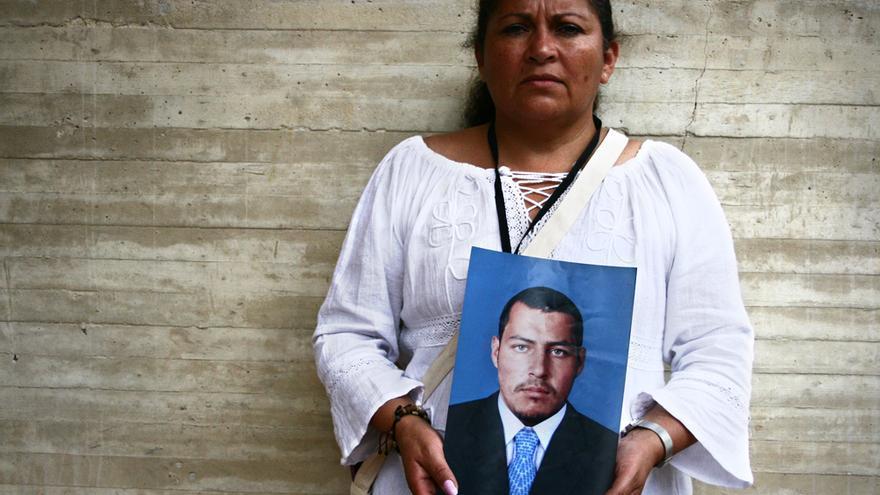 En 2008, el Ejército secuestró al hijo de Luz Marina Bernal, lo asesinó y lo disfrazó de guerrillero, todo para inflar las cifras de combatientes abatidos. Buscando pistas sobre el paradero de sus hijo, Luz Marina conoció a otras madres en la misma situación. Lograron destapar el escándalo y conseguir las primeras detenciones/ Foto: M.C. Y E.G.