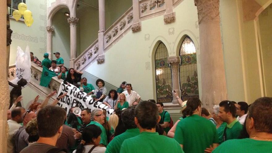 Las PAH catalanas ocupan una sede del BBVA para exigirle que conceda más alquiler social. (Foto: @La_PAH)
