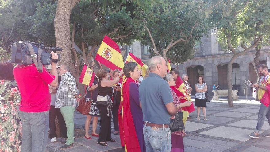 Pequeña concentración por la defensa de la unidad de España en La Laguna, este sábado