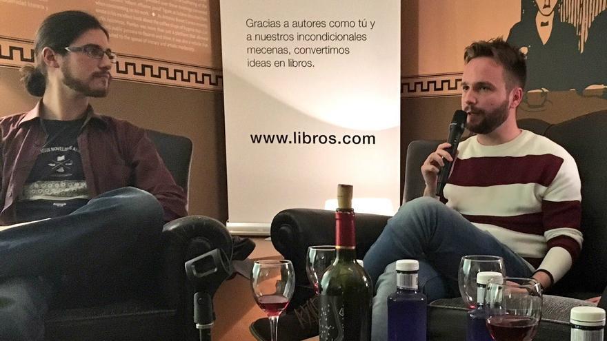 """Juan Fernández Rivero y Carlos Mayoral en la presentación de """"Etílico"""" en el Centro Cultural Conde Duque."""