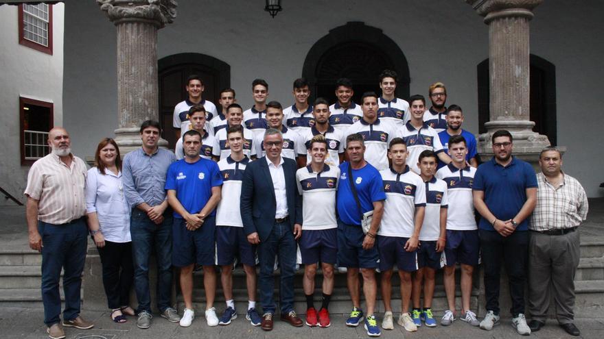 El Ayuntamiento de Santa Cruz de La Palma ha recibido este lunes a la plantilla y cuerpo técnico del equipo juvenil de la Sociedad Deportiva Tenisca,