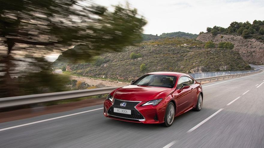 Lexus renueva a su coupé mediano RC.