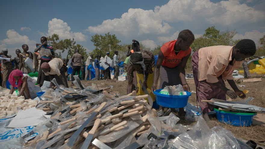 Los refugiados reciben artículos de higiene y refugio. Por lo general, los refugiados tienen que abandonar Sudán del Sur a toda prisa y no pueden llevar ninguna de sus pertenencias consigo. Uganda está asignando grandes terrenos deshabitados en el norte del país destinados a los refugiados. Inmediatamente han comenzado a cortar árboles para construir cabañas. Fotografía: Yann Libessart/MSF