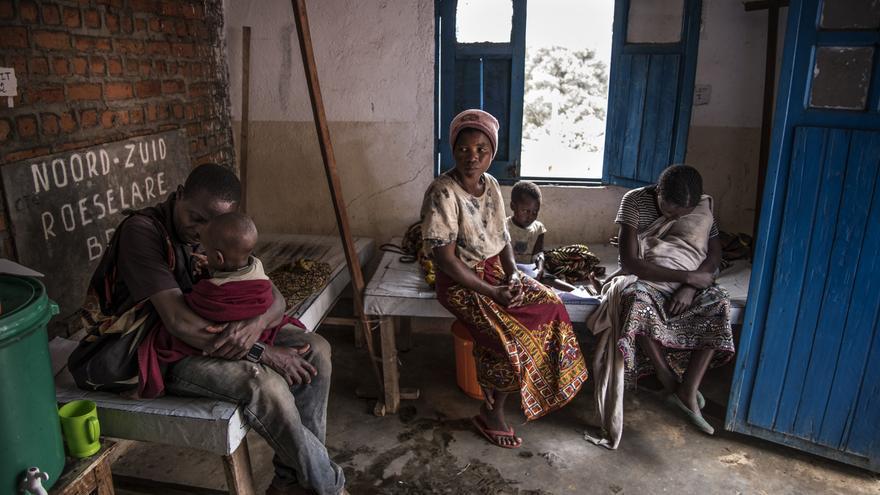 Los padres cuidan a sus hijos que se están recuperando gradualmente del cólera en el centro de tratamiento del cólera en Minova.