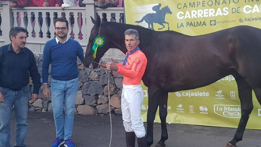 Primer clasificadado:  Jinete Elías con el caballo Pai Pai.  Asimismo, en la imagen, en el centro, el consejo de Promoción Económica del Cabildo y el alcalde de Garafía, Martín Taño.