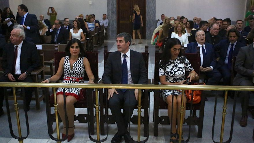 De izq. a derecha: La presidenta del Parlamento de Canarias, Carolina Darias, el presidente del Gobierno regional, Fernando Clavijo y la Delegada del Gobierno en Canarias, María del Carmen Hernández Bento. (Foto: Alejandro Ramos).