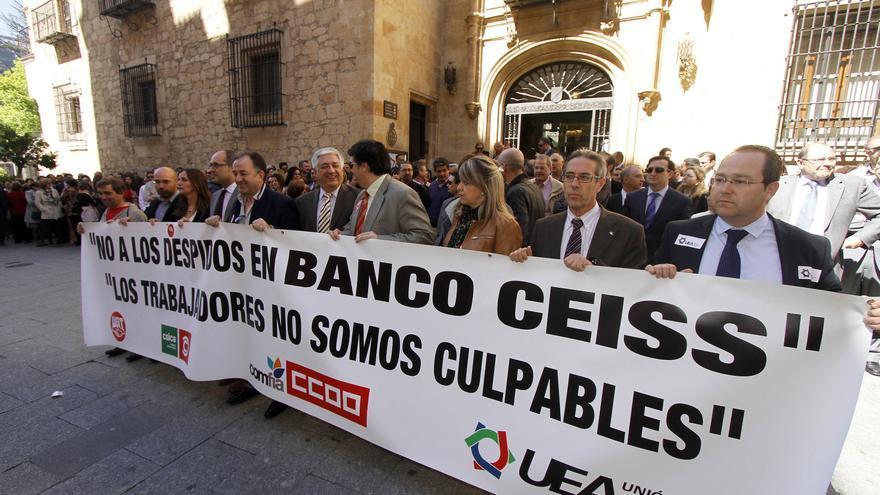 Concentración de trabajadores de Caja Duero-España, ayer en Salamanca. Perelétegui