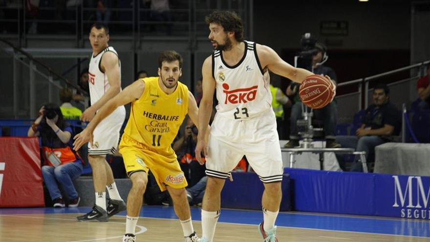 Tomás Bellas, ante Sergio Llull. (EUROPA PRESS)