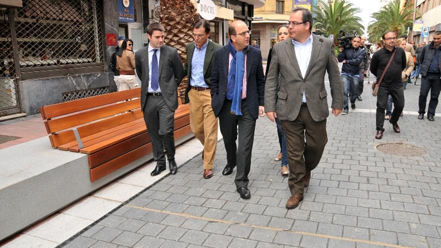 El Alcalde de Las Palmas de Gran Canaria, Juan José Cardona, y el Vicepresidente del Cabildo de Gran Canaria y consejero de Empleo, Industria, Comercio y Artesanía, Juan Domínguez, recorren la nueva zona peatonal de Luís Morote.