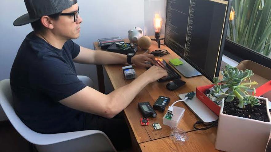 El ingeniero Gustavo Muñoz ha creado un páncreas artificial que le ayuda a sobrellevar la diabetes