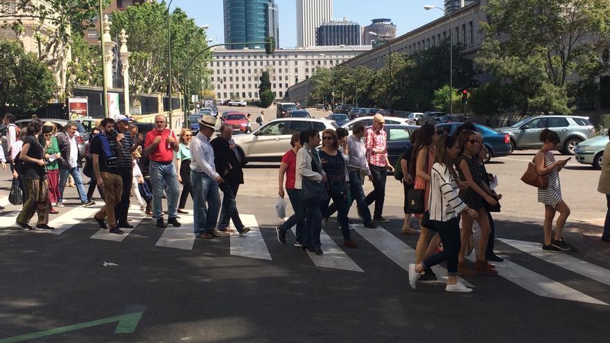 Más de cien personas llevando el espíritu de Jane Jacobs por Madrid