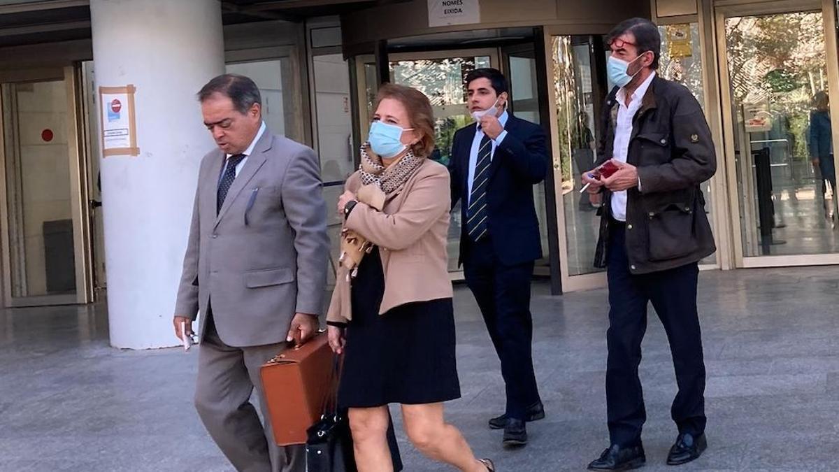 A la derecha, el exdirecor de Vaersa Felipe Espinosa a la salida de la Ciudad de la Justicia.