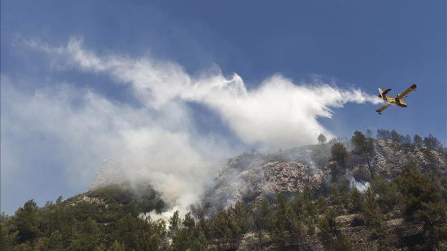 Dos medios aéreos y varios terrestres refrescan la zona del incendio de Alicante