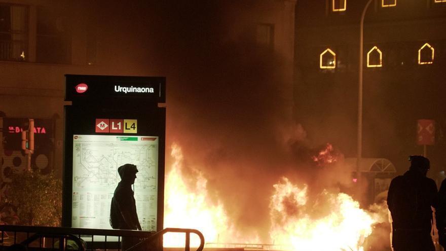 Fuego frente a la estación de Urquinaona en la quinta noche de protestas en Barcelona.