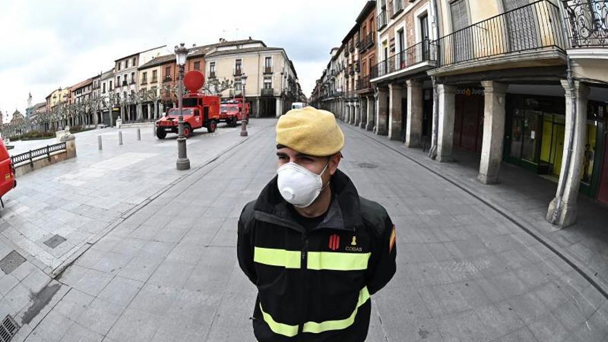 Efectivos de la Unidad -militar de Emergencias desplegados por el casco histórico de Alcalá de Henares, Madrid, este lunes en el que Españaarrancala semana laboral ya en plena vigencia de las medidas del Ejecutivo para afrontar la crisis por coronavirus.
