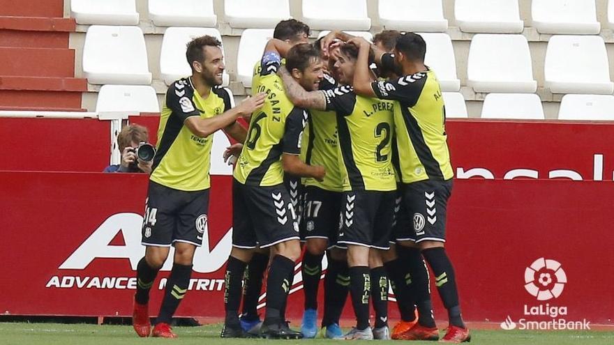 Los futbolistas blanquiazules celebran uno de los tantos logrados en el Carlos Belmonte