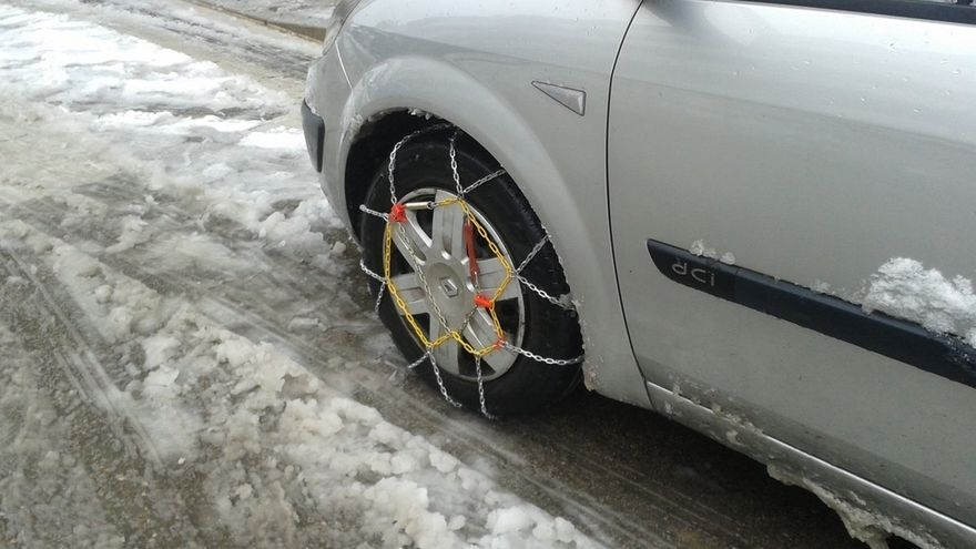 La nieve obliga a usar cadenas en Alto Campoo y Palombera