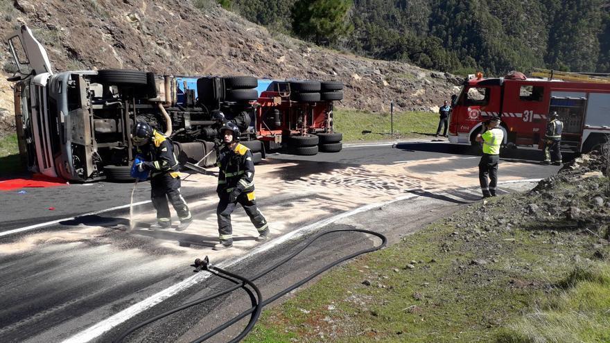 Camión volcado esta mañana de lunes en la subida a Los Loros