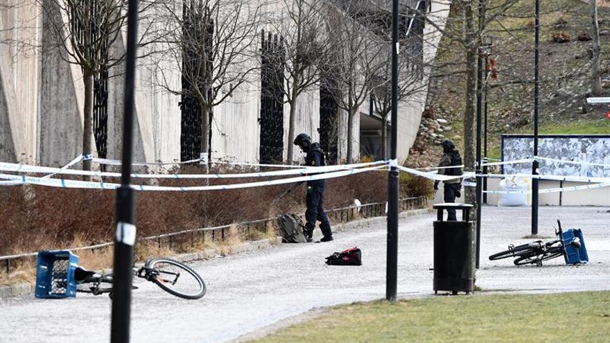 Un muerto y una herida al explotar un objeto junto a una estación de Estocolmo