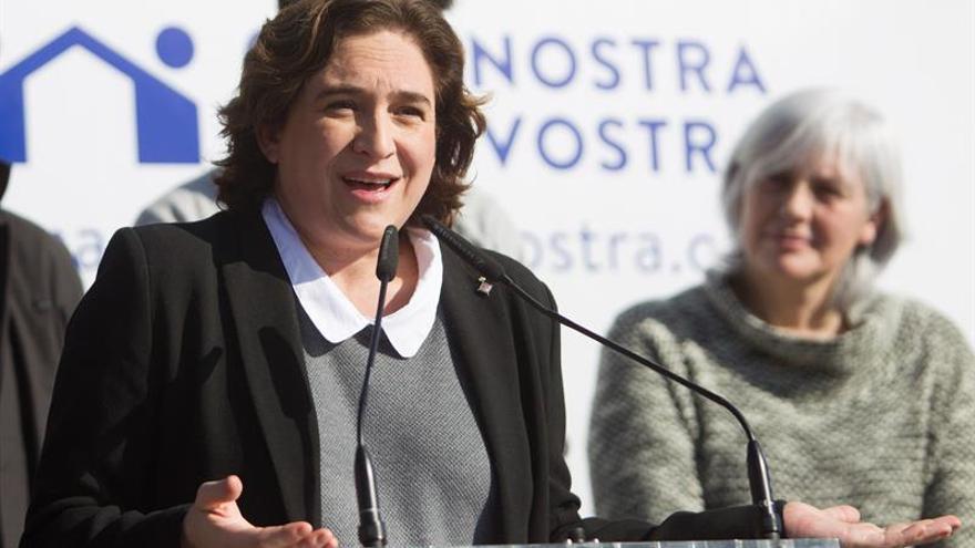 Ada Colau loa la lucha contra la impunidad y por la dignidad de Carlos Slepoy