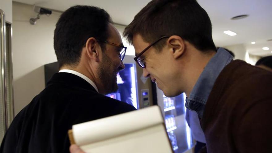 El portavoz de Podemos en el Congreso, Íñigo Errejón (d), pasa junto al portavoz del PSOE, Antonio Hernando.
