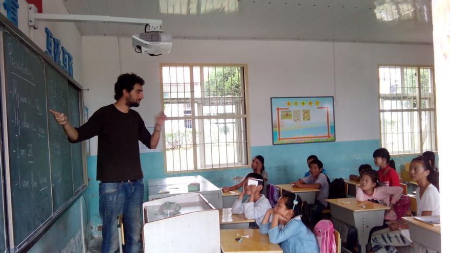 """Guillermo Rodríguez, en el colegio de una comunidad rural en la provincia de Hubei, China""""."""