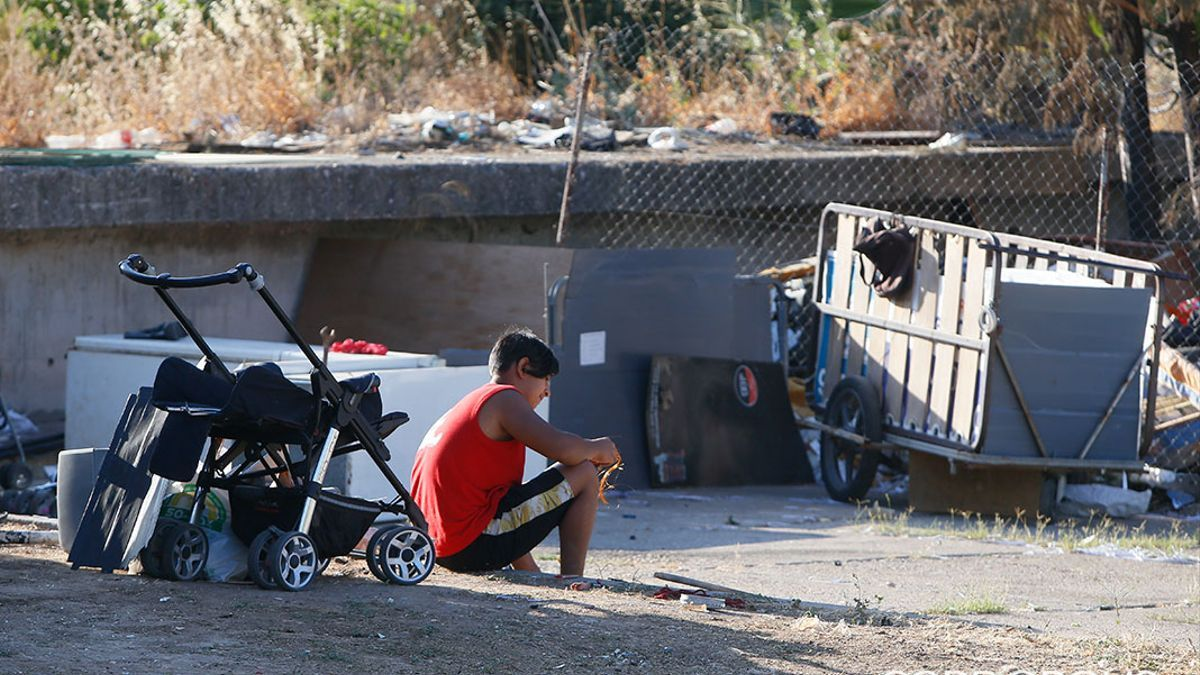 Una persona en un asentamiento chabolista.