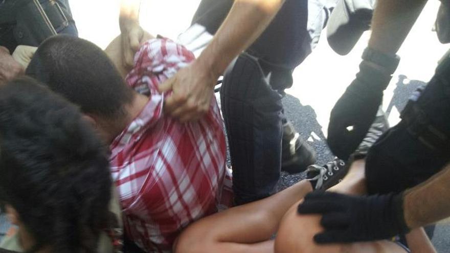 Cargas policiales contra los estudiantes de LPGC. Foto: Txema Santana (@txemita)