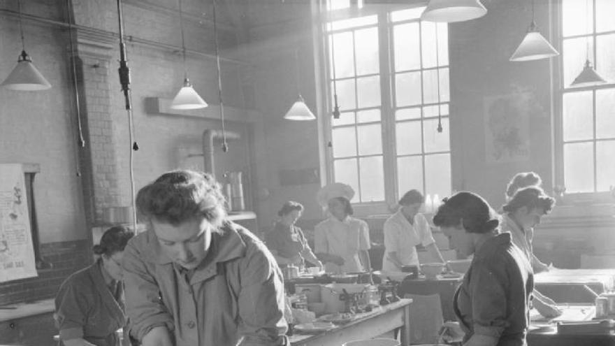 Curso de entrenamiento doméstico en Notting Hill Gate, Londres, 1944 (Ministerio de Información - Photo Division Photographer)