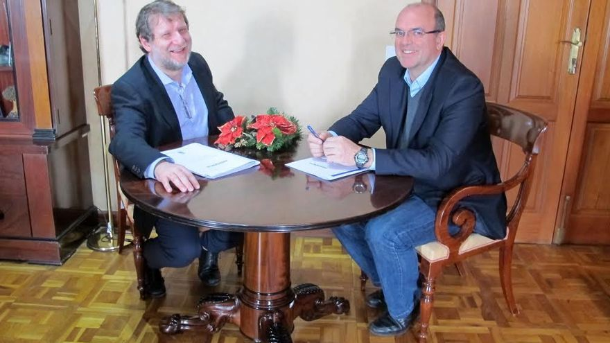 Lucas López, director de Radio Ecca, y Anselmo Pestana, presidente del Cabildo de La Palma.