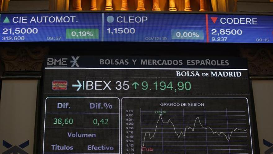 Vista de un panel de la Bolsa de Madrid del principal indicador de laBolsaespañola, el IBEX 35, durante la sesión de ayer.