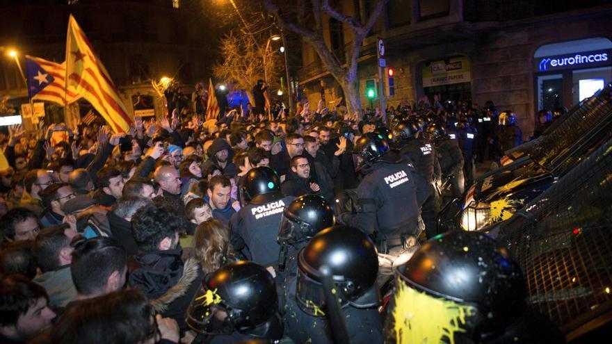 Agentes de los Mossos d´Esquadra impiden el paso de manifestantes en las inmediaciones de la Delegación del Gobierno en Barcelona