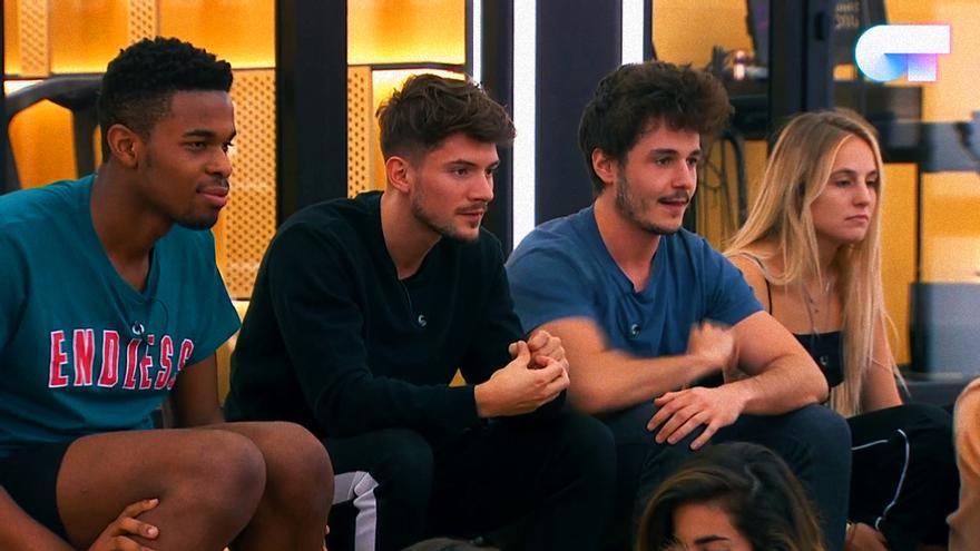 Famous, Carlos, Miki y María durante el reparto de temas de OT