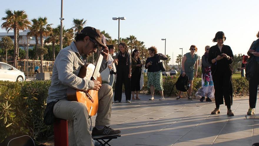 Un músico actúa en plena calle en Valencia