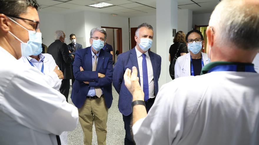 El presidente del Gobierno de Canarias, Ángel Víctor Torres, y el consejero de Sanidad, Julio Pérez, durante una visita al Hospital de La Candelaria