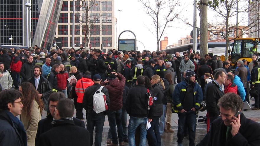 Los bomberos de Madrid concentrados en Plaza de Castilla se desplazan a la comisaría de Moratalaz