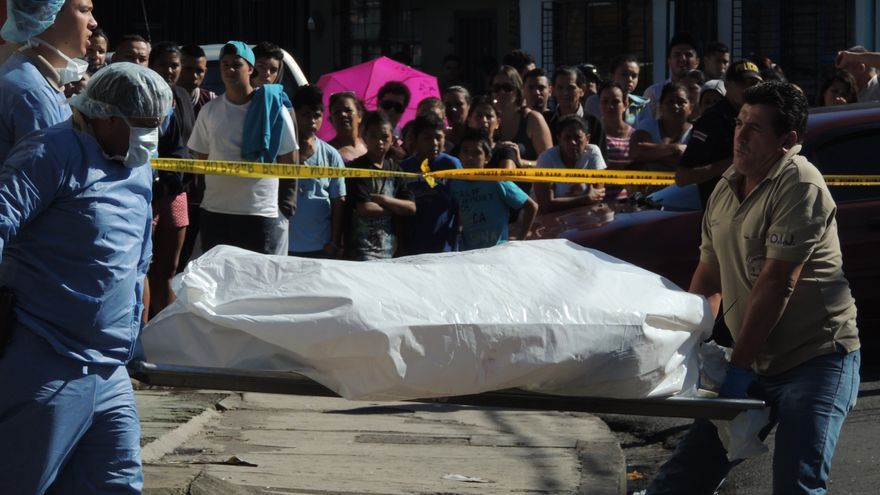 Levantamiento de un cadáver / Wikimedia commons