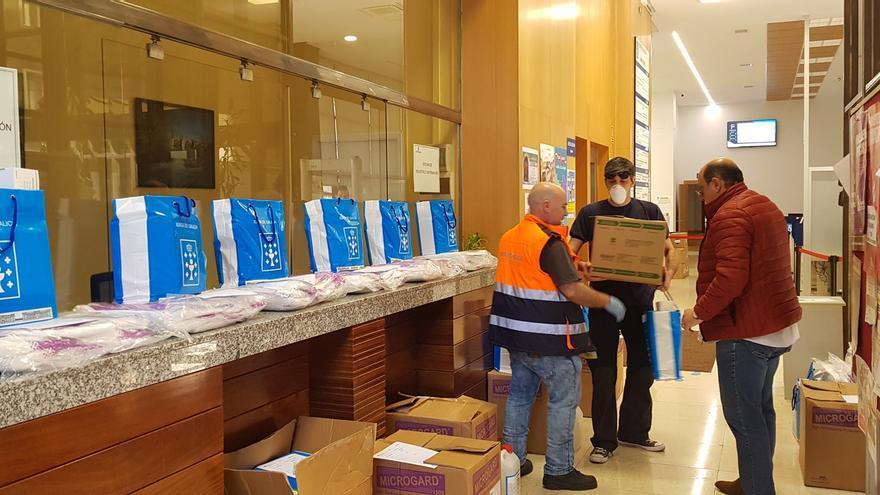 Reparto de material sanitario a los ayuntamientos en Ourense.