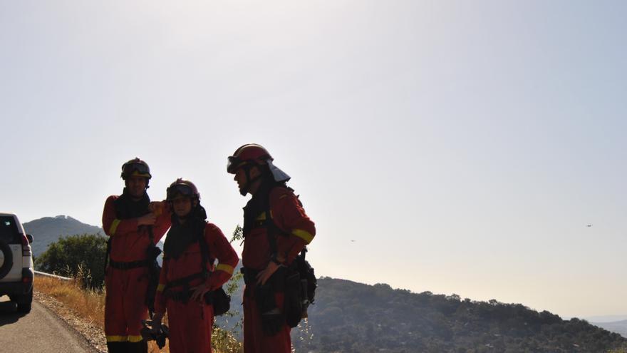 Militares de la UME trabajan en las labores de extinción del incendio de Sierra de Gata en una carretera / JCD