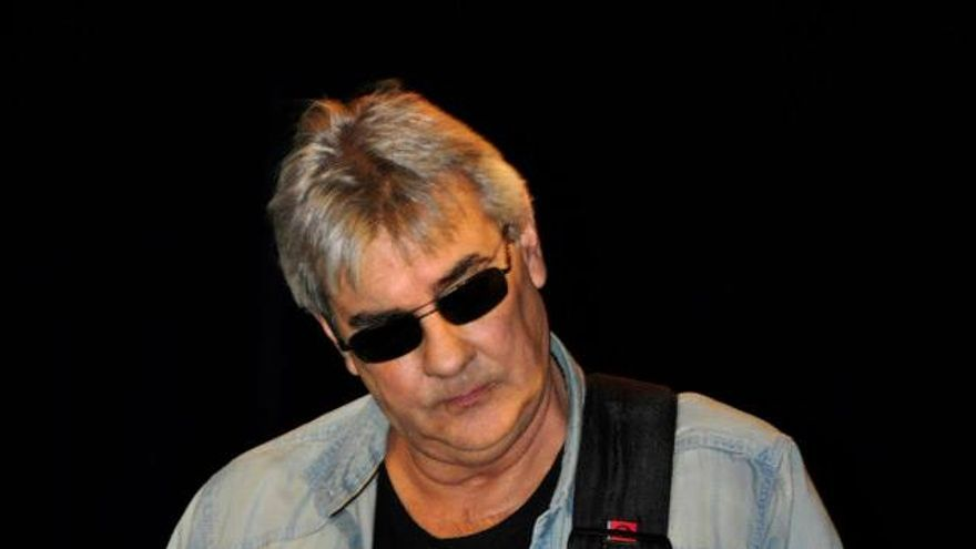 Van den Eynde, gran aficionado a la música, en un concierto con su grupo, los 'Vanden'.   SILVIA SARABIA