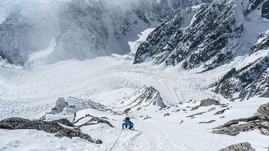 Jess Roskelley en la cara sur de la primera torre de 2.883 metros, el primer día de escalada.