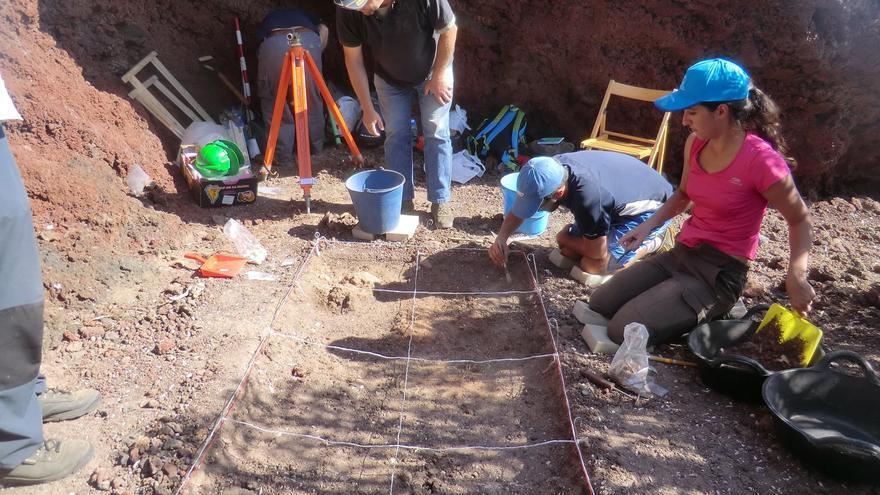 Nuria Álvarez, directora del nuevo proyecto de excavación arqueológica, en La Cucaracha, con otros miembros del equipo. Foto: Museo Arqueológico Benahoarita,