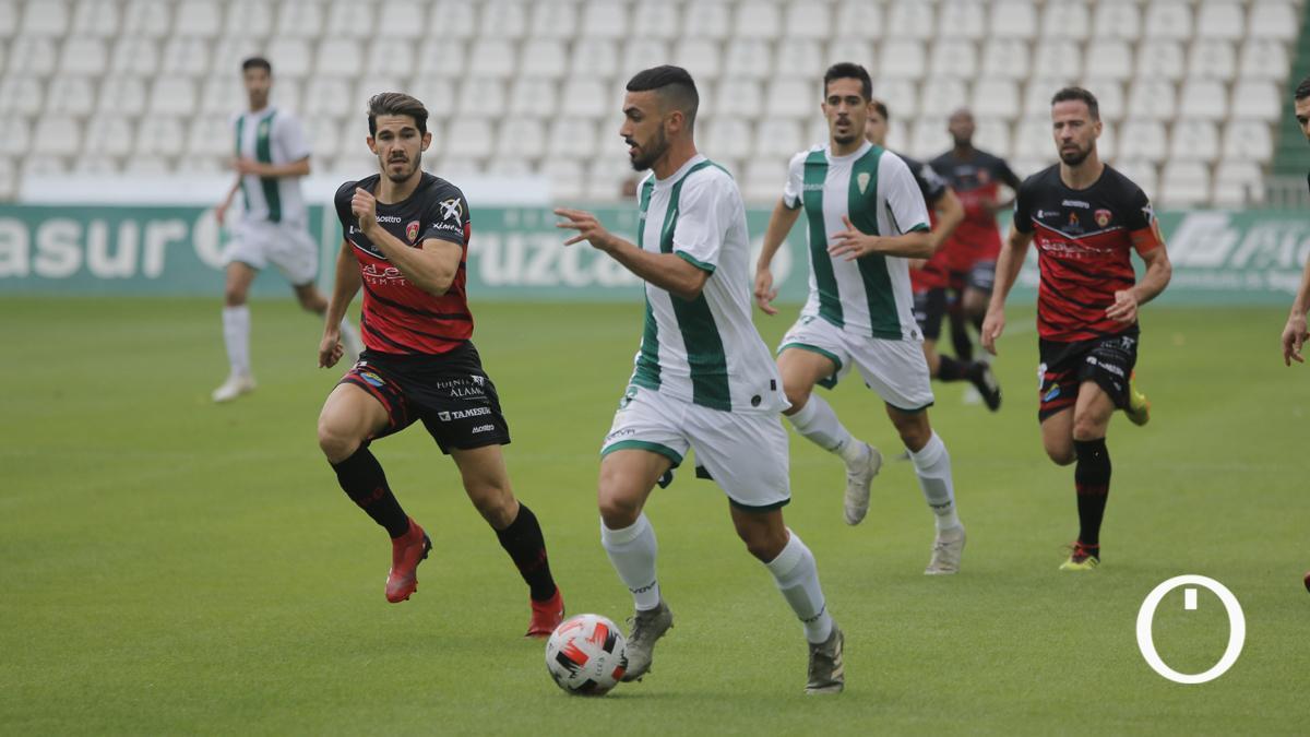 Lance de un duelo entre el Córdoba B y el Salerm.