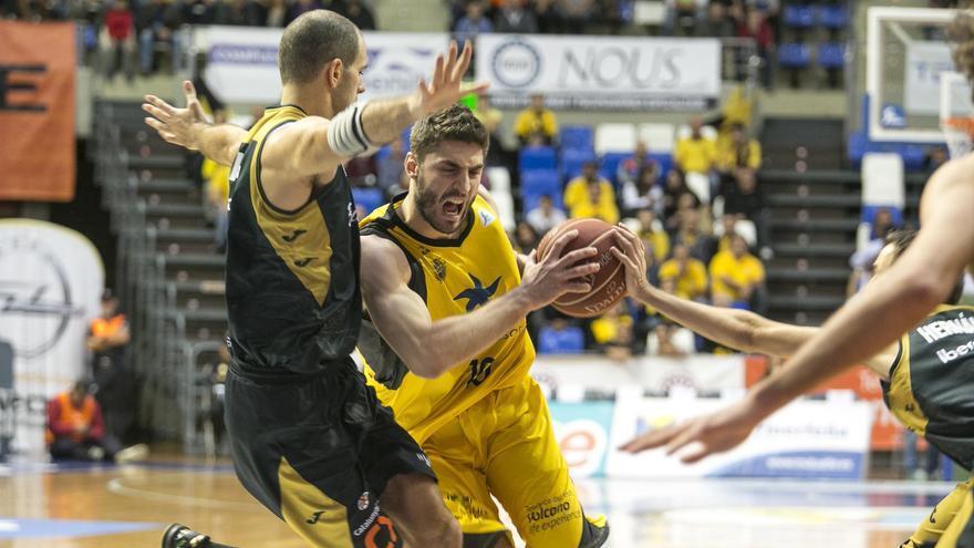Mihailis Tsairelis pugna por un balón con varios jugadores del equipo catalán. ACB Photo/A. Pérez