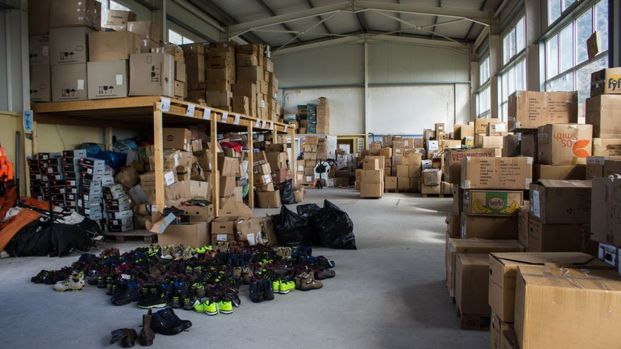 En el almacén de Attika, botas traídas en el Aita Mari para las personas refugiadas de las islas