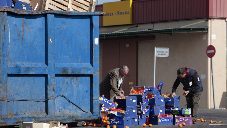Gente recogiendo alimentos sobrantes en Mercamadrid en 2012 / OLMO CALVO