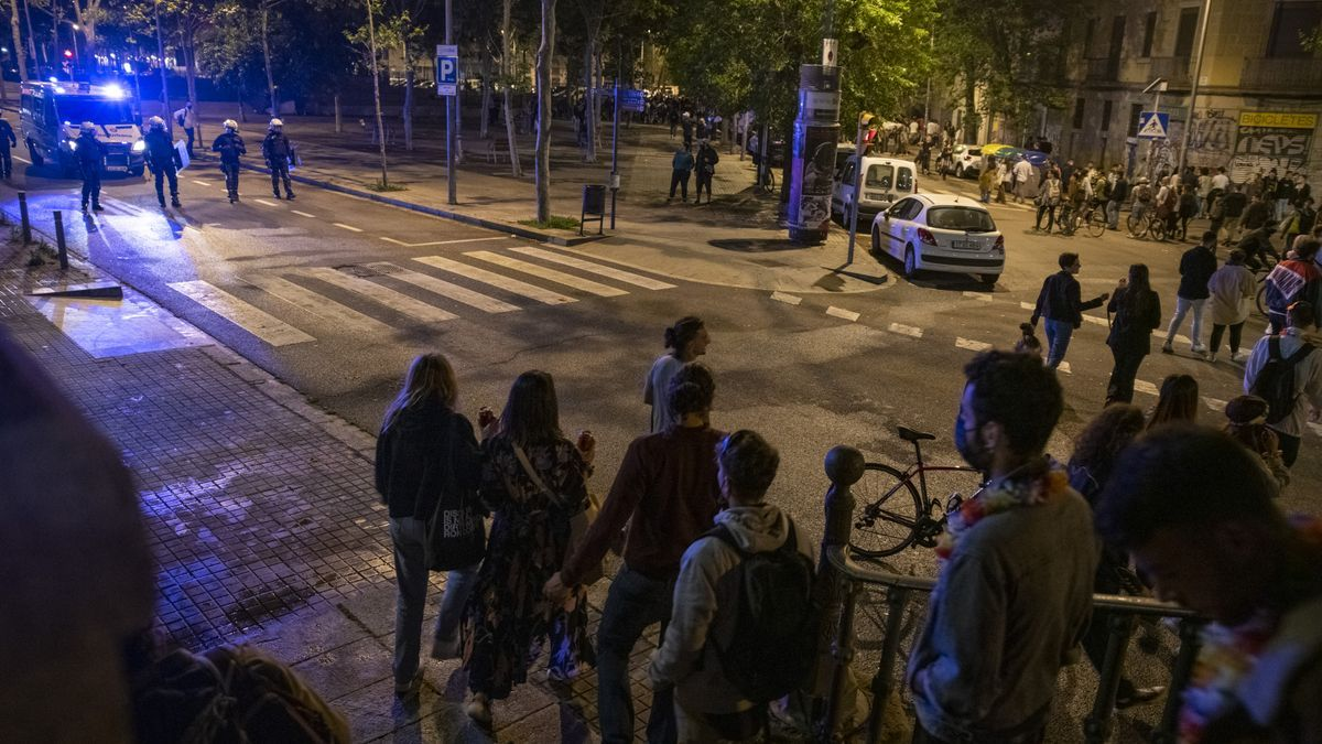 Agentes de la Guardia Urbana de Barcelona frente a un grupo de jóvenes