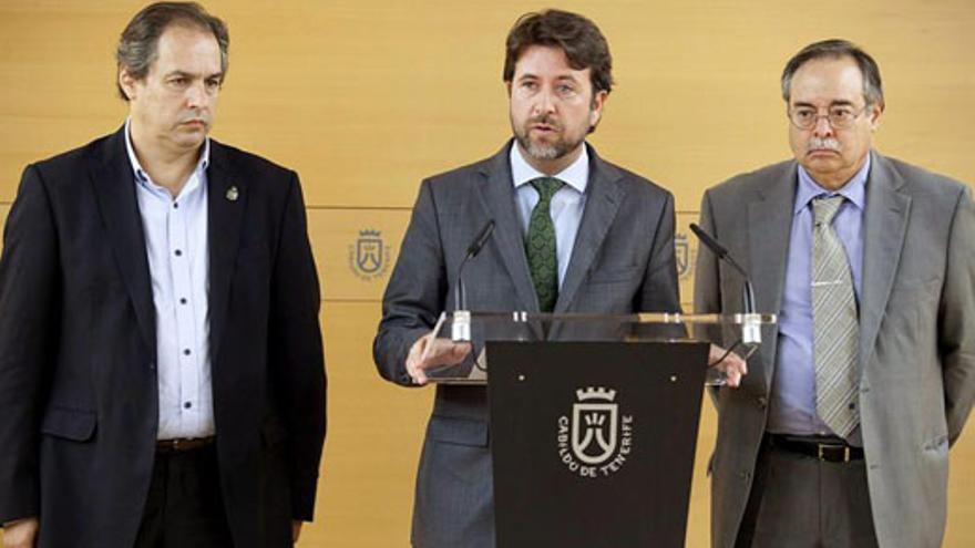 Carlos Alonso interviene, este jueves, junto a Domingo Berriel (derecha) y José Luis Delgado. EFE/Ramón de la Rocha)